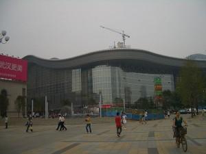 Die Kunstaktion fand auf dem Guanggu Platz in Wuhan statt.