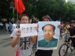 """""""Widersteht Amerika und Japan"""" - chinesische Demonstranten auf einem antijapanischen Protestmarsch in Shenzhen. ©Florian Jung"""
