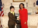 Eine starke Frau mehr an der Spitze. Park Guen-hye trifft Condoleezza Rice. © Michael Gross, Wiki Commons