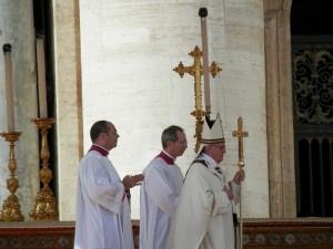 Papst Franziskus bei seiner Amtseinführung. Wird er auch auf China zugehen? © Fczarnowski auf Wikimedia Commons