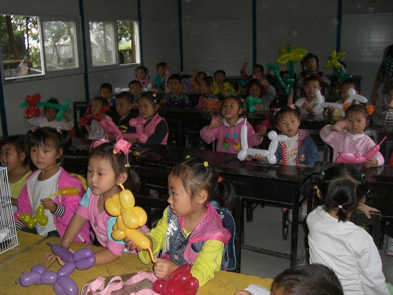 Das Spielen mit bunten Luftballons steht nur selten auf dem Lehrplans dieses Kindergartens in Sichuan © Viviane Lucia Fluck