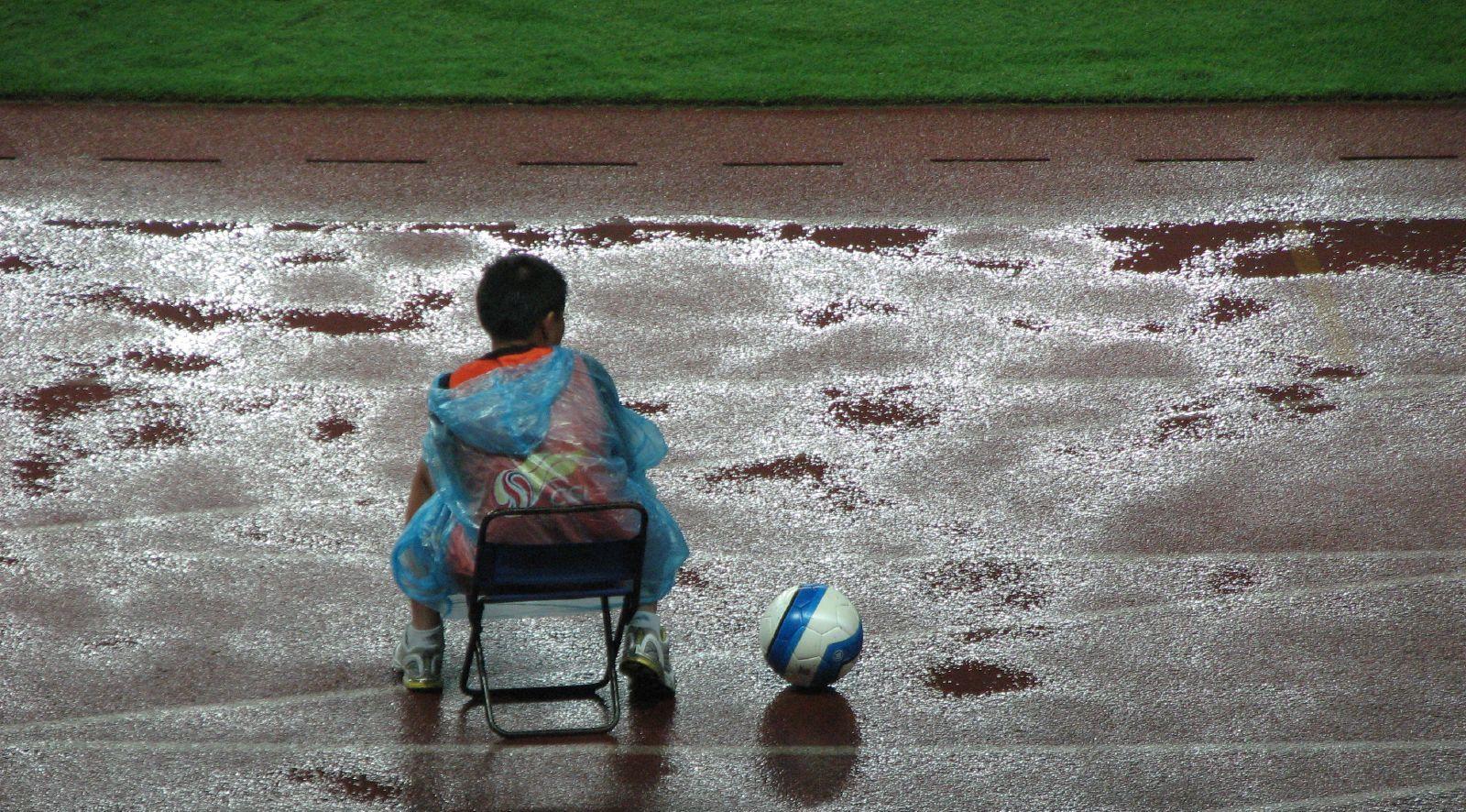 Im Aus: Balljunge und chinesischer Fußball,  Foto © Wikimedia Commons