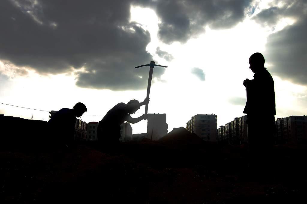 Viele Wanderarbeiter, die weit entfernt von ihrer Familie in den Städten arbeiten, leiden an Einsamkeit. © Wikimedia Commons