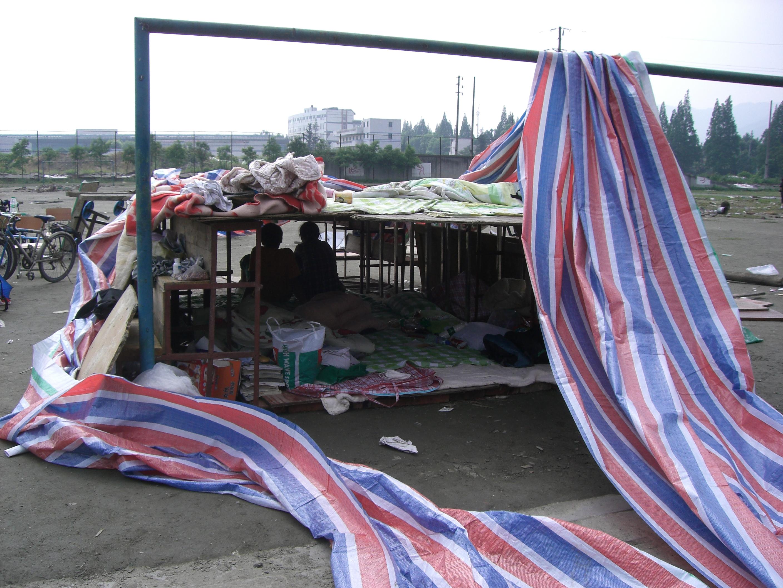 Die Schüler und Lehrer der Mittelschule in Dujiangyan bauten auf dem ehemaligen Sportplatz zwischen Fußballtoren vorläufige Behausungen für Schüler und Lehrer. © Viviane Lucia Fluck