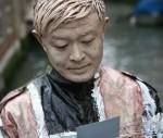Der chinesische Künstler bei der Arbeit: Liu Bolin während eines Foto-Shootings in Italien © Wikimedia Commons, Mattia dal Bello (Boxart Gallery)