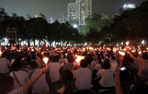 Kerzenlicht-Mahnwache im Victoria Park in Hong Kong © WiNG, Wikimedia Commons