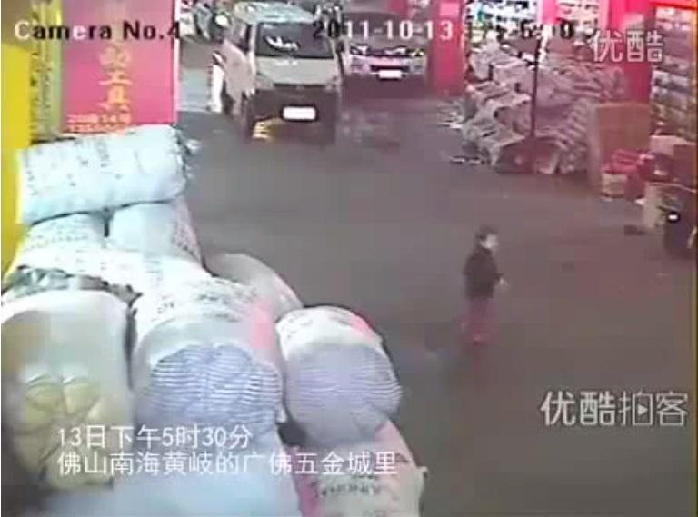 Der tödliche Unfall der kleinen Yue Yue entfachte im chinesischen Internet eine weite Debatte über gesellschaftliche Verantwortung und gegenseitige Hilfeleistung © CCTV-Screenshot Video via Wikimedia Commons