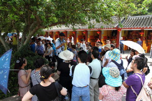 Teilnehmer einer chinesischen Reisegruppe lauschen den Erklärungen des Reiseleiters © Ctny, via Wikimedia Commons