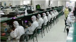 Chinesische Arbeiter der Firma Foxconn im Betrieb in Shenzhen © Flominator, via Wikimedia Commons