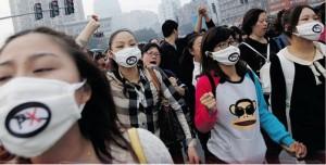 Bewohner in Anning demonstrieren gegen die neue Verordnung der Regierung © Tjebbe van Tijen, Imaginary Museum Projects, via Flickr
