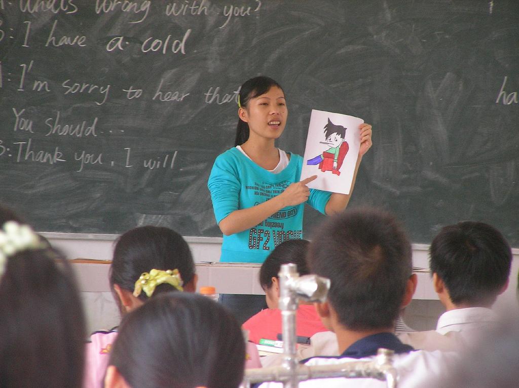 Lehrerin während des Englisch Unterrichts © Adrignola, via Wikimedia Commons