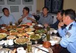 """Dem chinesischen Online-Nachrichtenportal """"Sina News"""" zufolge werden in China jährlich umgerechnet 35 Milliarden Euro für Geschäftsessen ausgegeben. Das entspricht in etwa 18,6% der gesamten staatlichen Ausgaben © Sigismund von Dobschütz, via Wikimedia Commons"""