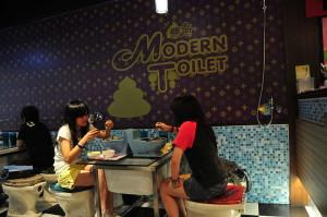 "Zwei Kundinnen in einer Filiale der Restaurantkette ""Modern Toilet"" in Taiwan © riNux, via Wikimedia Commons"