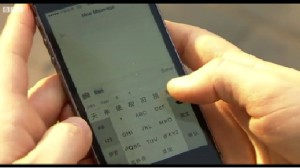 Um eine SMS zu schreiben, tippt man die Umschrift in lateinischen Buchstaben und wählt dann das richtige Zeichen aus © BBC Screenshot, Lisa Krauss