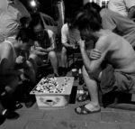 Eine Partie Weiqi auf nächtlicher Straße. Foto: Ernle via Flickr.