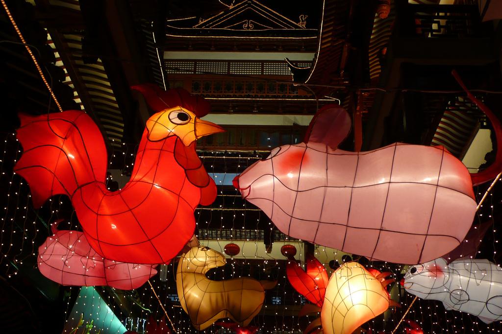 Verschiedene chinesische Tierkreiszeichen als Dekoration, im Vordergrund Hahn und Ratte. Foto: Christopher via Flickr, http://tinyurl.com/jnrkdnq