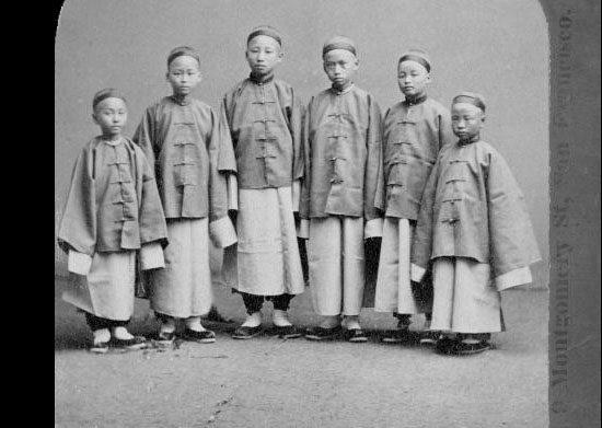 Fotografie von sechs Schülern nach ihrer Ankunft in Kalifornien 1872 im Rahmen der Chinese Educational Mission. Urheber unbekannt via Wikipedia.