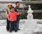 Chinesische Kinder bauen einen Schneemann; Foto via Wikicommons: CEphoto; Uwe Aranas (http://tinyurl.com/l26gfx3)