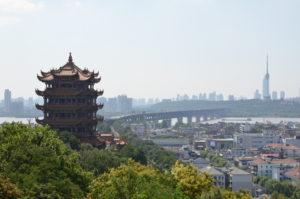 Blick über die Kranichpagode auf den Jangtse, im Hintergrunde der Fernsehturm (Quelle: eigenes Bild)