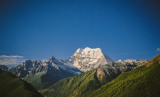 Am Horizont der Xiannairi-Gipfel; (c) Hans Johnson via flickr tinyurl.com/ycpg7jzu