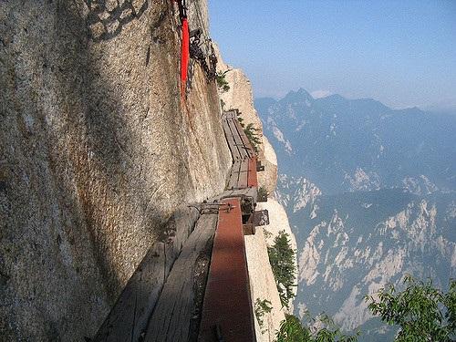 Aufstieg zum Huashan. Via Flickr von Ian Armstrong (https://goo.gl/ZcQsdz)