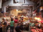 Ein Markt in Südchina. Hier bekommt man neben Fleisch und Gemüse teilweise auch das Fleisch exotischer Wildtiere. Photocapy,  tinyurl.com/ybd63lwa